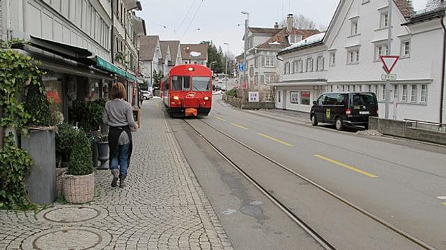 Appenzeller Bahn fährt durch das Dorf.