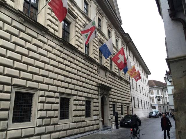 Haus mit Flaggen an der Fassade