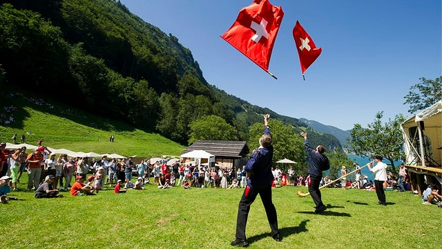 Fahnenschwinger am 1.August auf dem Rütli.