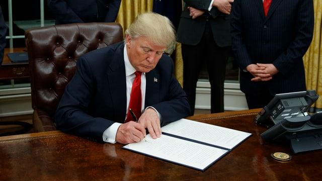 Purtret da Trump che suttascriva in decret.