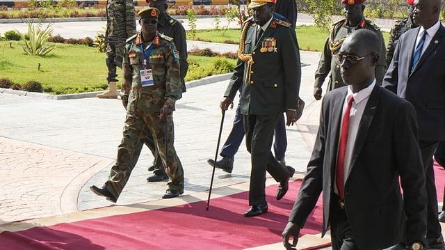 In der Hauptstadt Juba wird Präsident Salva Kiir (Mitte) im Armeehauptquartier empfangen.