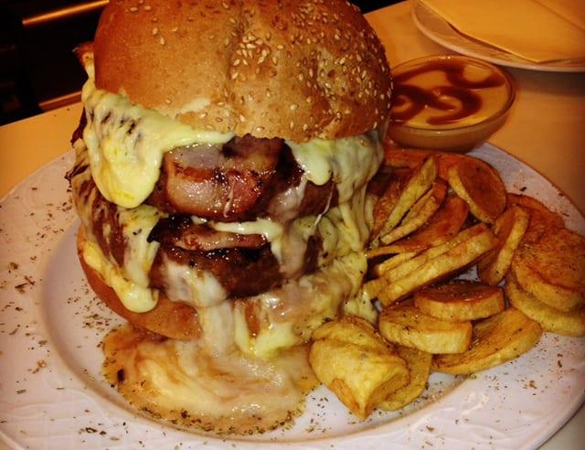 Riesenburger mit frittierten Kartoffeln auf einem Teller