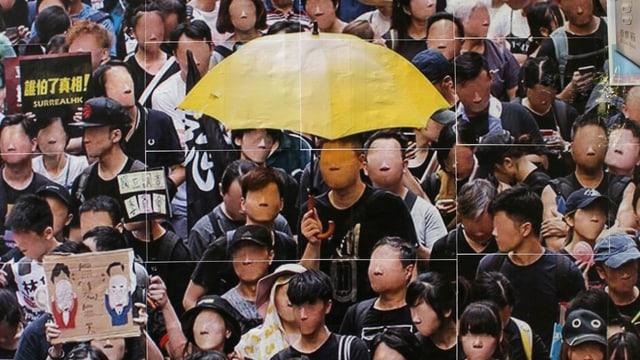 Strassenproteste in China mit Menschen, die Masken tragen.