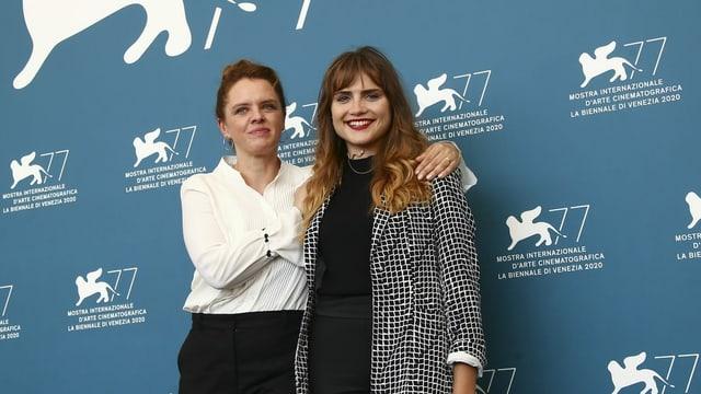 Mala Emde und Julia von Heinz auf dem roten Teppich vor der Premiere ihres Films in Venedig.