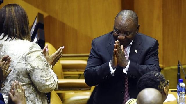 Dunkelhäutiger Mann bedankt sich im Parlament.