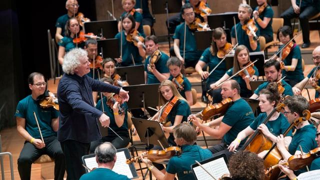 Sir Simon Rattle musiziert zusammen mit den Berliner Philharmonikern und Laienmusikern