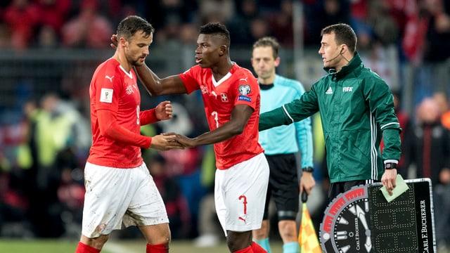 Embolo versuchte Seferovic zu trösten.