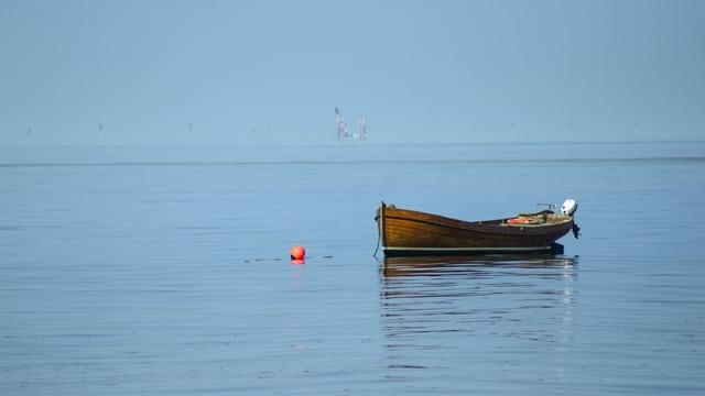 Boje und Boot auf Wasser