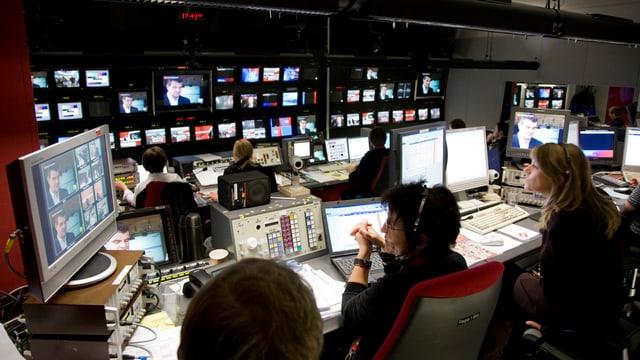 SRF produziert pro Jahr etwa 54'000 Programmstunden im Radio und 26'000 im Fernsehen.