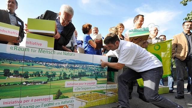 Am 14. August 2008 reichten Landschaftsschützer in Bern die Iniative «Raum für Mensch und Natur» ein.