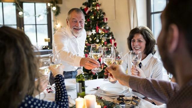 Eine Familie am Weihnachtstisch.