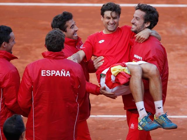David Ferrer wird von seinen Teamkollegen gefeiert.