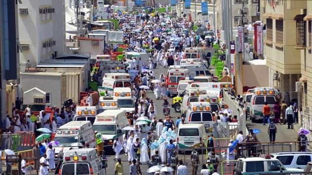 Ambulanzen in einer Strasse.