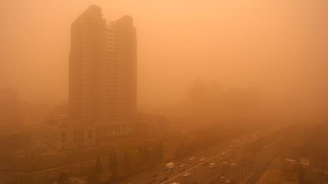 Ein Sandsturm trübt die Sicht auf Peking.