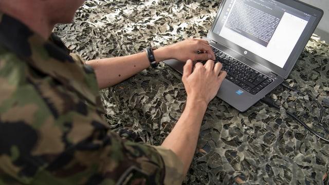 In participant da l'emprima scolaziun da cyber da l'armada svizra.