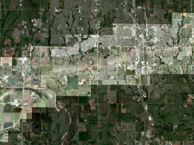 Luftaufnahme des Gebiets, dass vom Tornado zerstört wurde. Die Schneide der Verwüstung ist klar zu erkennen.