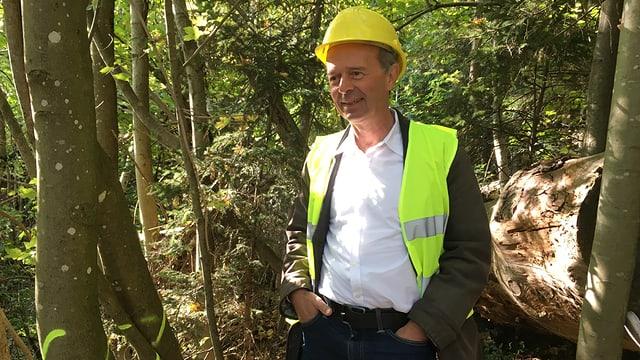 Stadtrat Richard Wolff mit gelben Schutzhelm und Warnweste im Wald