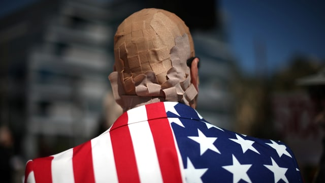 Demonstrant mit Pflastern am Kopf.