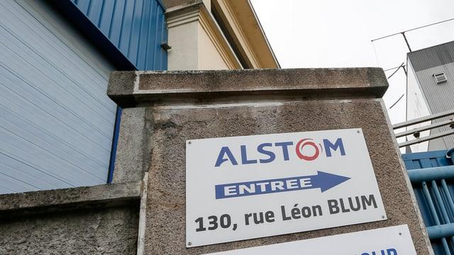 Alstom-Schild an Gebäude