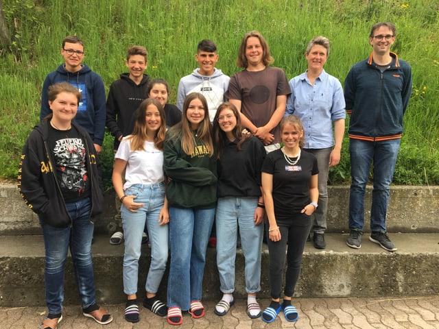 Scolaras e scolars da la 3. secundara e reala Surses cun la magistra Zegna Pitet Dosch e Daniel Dedual.