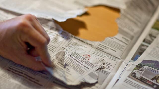 Stelleninserat aus Zeitung gerissen