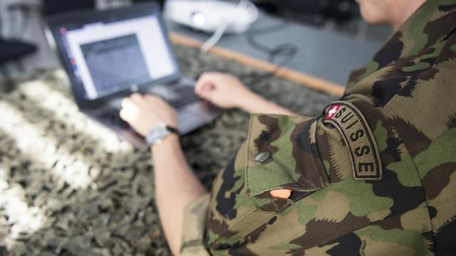 Soldat beim Cyberlehrgang