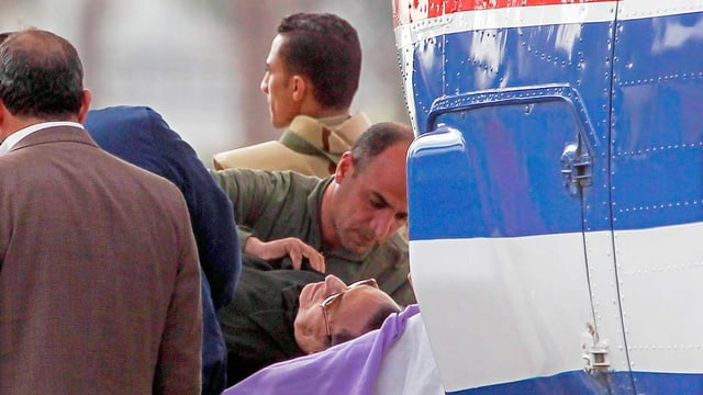 Mubarak auf Bahre.