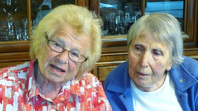 Zwei ältere Frauen sitzen nebeneineinander (links Ruth Westerheimer mit Brille).