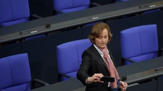 Beatrix von Storch macht im Bundestag ein Selfie.