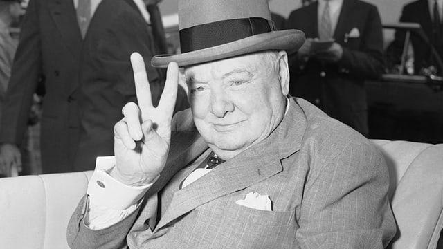 Winston Churchill mit Hut macht das Peace-Zeichen mit seinen Fingern.
