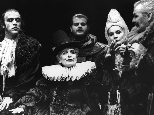 Schwarz-Weiss-Fotografie von einer Theaterszene mit fünf Protagonisten.