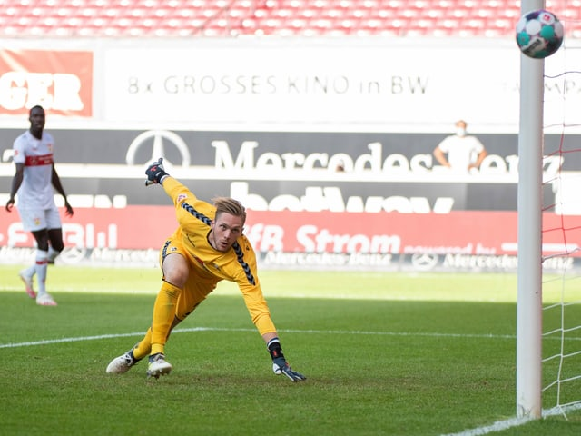 Freiburg-Keeper Florian Müller sieht den Ball im Spiel in Stuttgart haarscharf am Pfosten vorbei fliegen.
