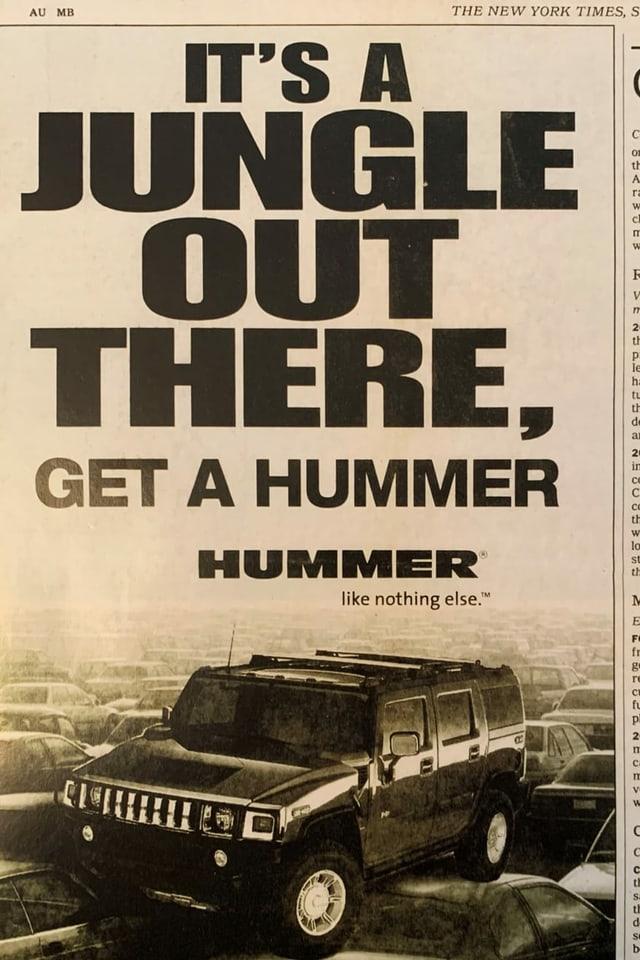 Inserat für den Geländewagen Hummer, der über andere Autos fährt