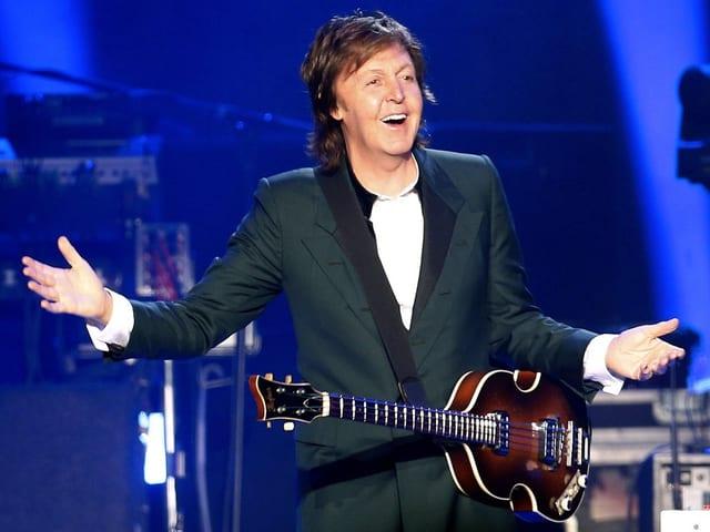 Mann auf Bühne mit Gitarre