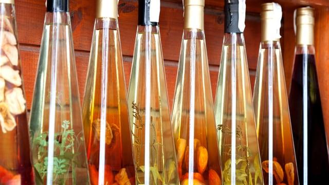 Essigflaschen mit Kräutern.