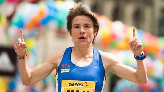 Maja Neuenschwander streckt jubelnd die Zeigefinger in die Höhe.