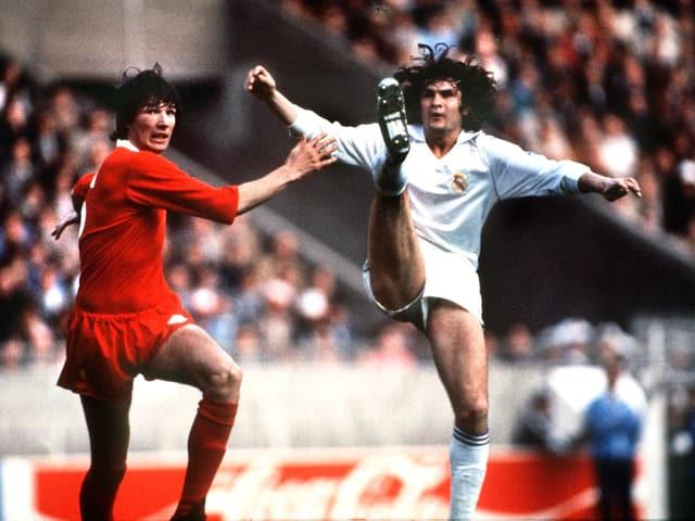 Während seiner Zeit als Aktiver von 1973 bis 1989 spielte Camacho ausschliesslich für Real Madrid. Hier im Bild im Duell mit Alan Hansen von Liverpool.