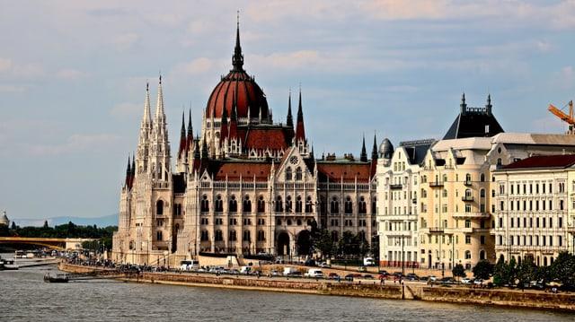 Das Parlamentsgebäude in Budapest, direkt an der Donau gelegen.