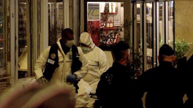 Forensiker untersuchen den Tatort in Paris.
