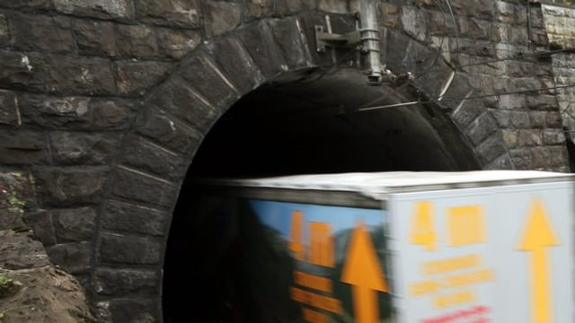 In tren che svanescha cun marchanzia en in tunnel.