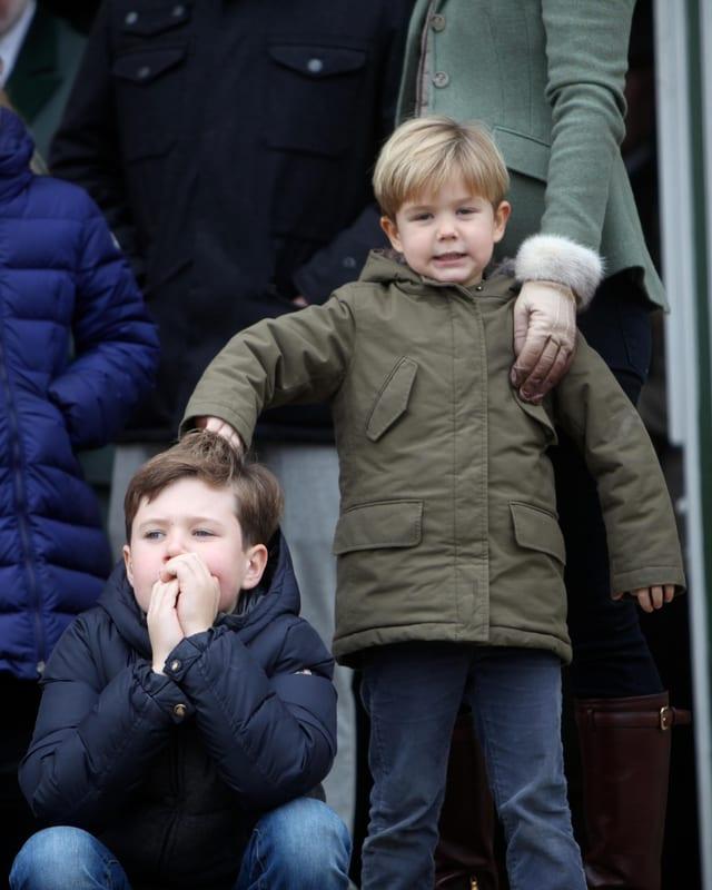 Prinz Vincent zieht Prinz Christian an den Haaren.