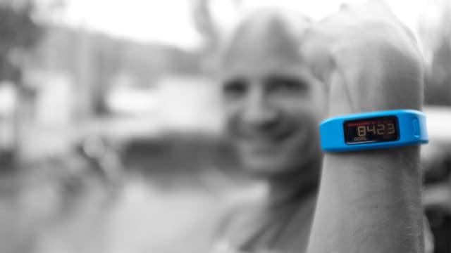 Digitalredaktor Reto Widmer im Hintergrund, im Vordergrund an seinem Arm, Vivofit, das Fitnesstrackerarmband von Garmin in Blau.