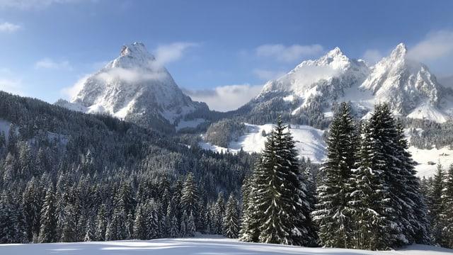 Verschneite Mythen im Kanton Schwyz.