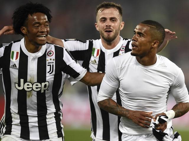 Die Juve-Spieler feiern das zweite Tor.