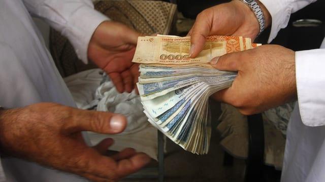 Geld wechselt die Hände