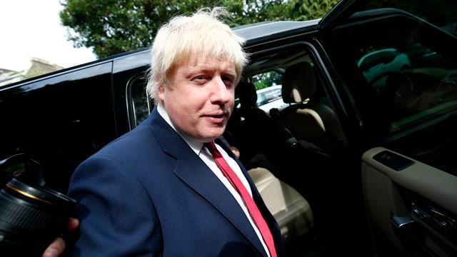 Boris Johnson vor einer offenen Autotür.