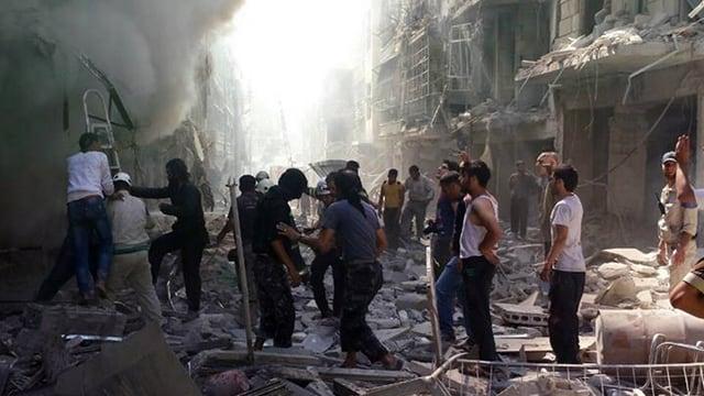Syrer begutachten den Schaden an einem zerbombten Haus