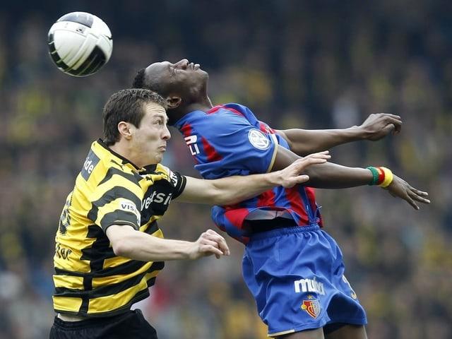 YB-Verteidiger François Affolter duelliert sich in der Luft mit Basel-Spieler Jacques Zoua.