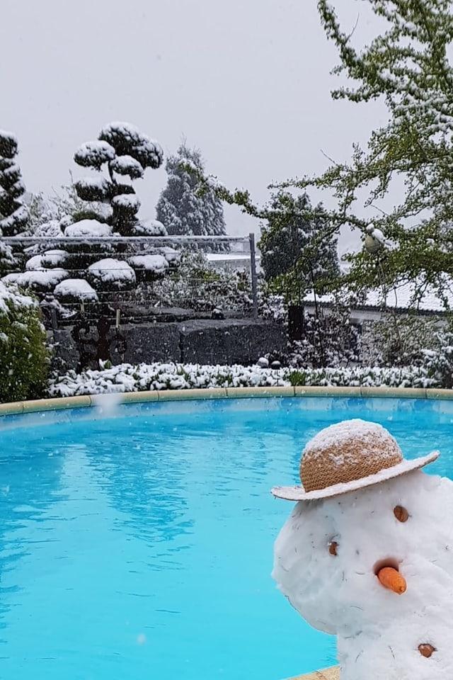 Schneemann an einem Pool.