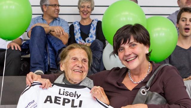 Lisely Boulter im Kreis ihrer Gossauer Handballfamilie.